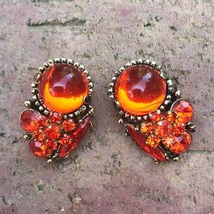 Marvelous unsigned vintage rhinestone clip earring